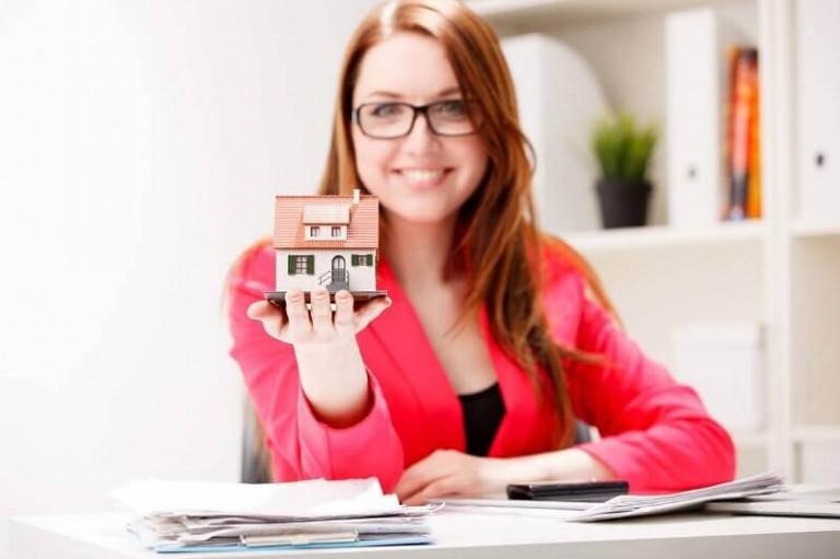 little property in woman's hand - Custodian